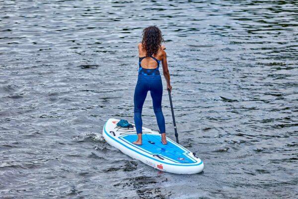 GTS-CRUISER-11.6-Surf-Frau-auf-Board-von-hinten-GTS