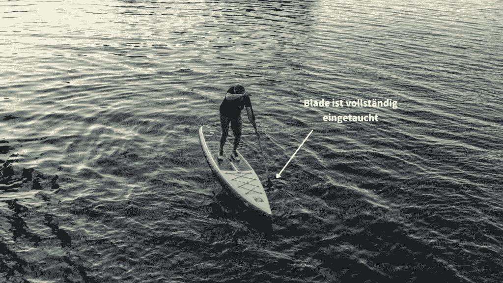 Auf dem Touringboard von GTS das richtige Paddeln lernen. Tauche das Paddelblatt vollständig ein, um einen guten gerauslauf mit deinem Paddleboard zu gewährleisten.