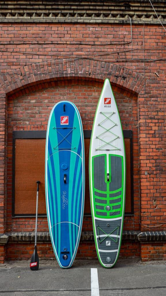 Allrounder und Touiring SUP Board aus dem SUP Shop von GTS in Berlin. Ebenfalls auf dem Bild ist ein Carbon Paddle der Marke GTS